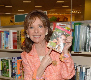 Dawn Wells at a 2014 book signing for WHAT WOULD MARY ANN DO? (photo credit: MICHAEL TULLBERG/GETTY IMAGES)